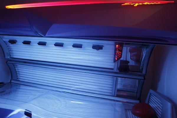 2 Solariums Ergoline disposant de la climatisation,brumisation,des aroma,                  prise smartphone,musique mp3,lit ergonomique,guide vocal et réglage intensité du visage.